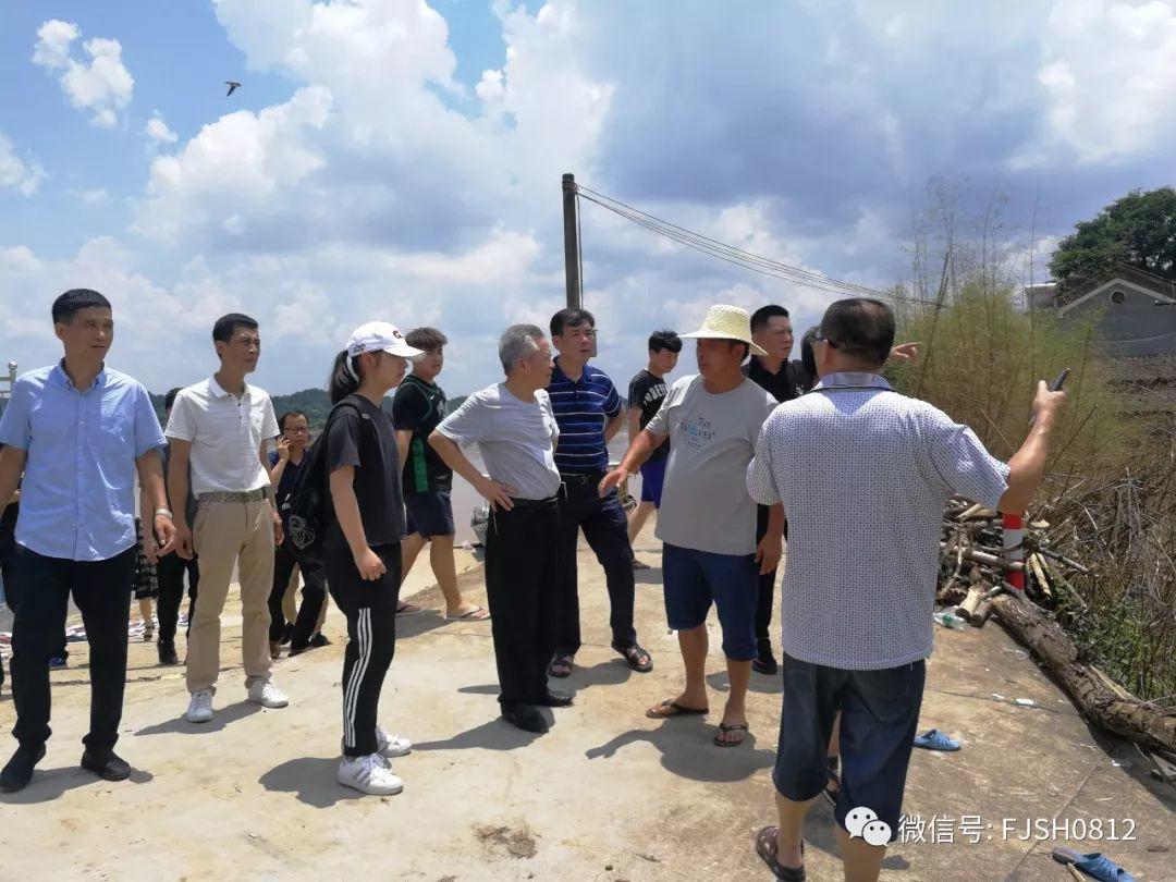 7月17日上午九点,株洲市福建商会党支部及商会成员赶赴渌口区龙船镇把募捐到物资送到灾区。
