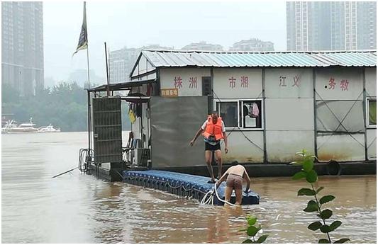 让党旗飘扬、党徽闪耀、党员争先  ——社会组织基层党组织参与抗洪救灾记