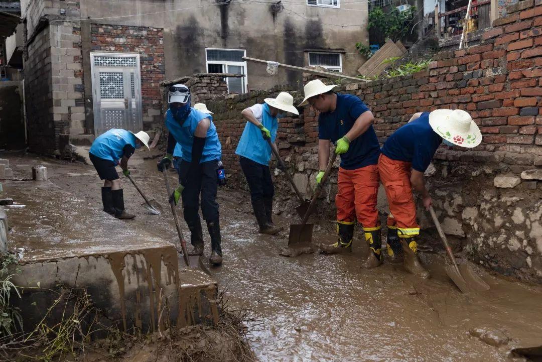 """晚报志愿者抗灾记录:在泥泞的灾区里那一抹最耀眼的""""志愿蓝"""""""
