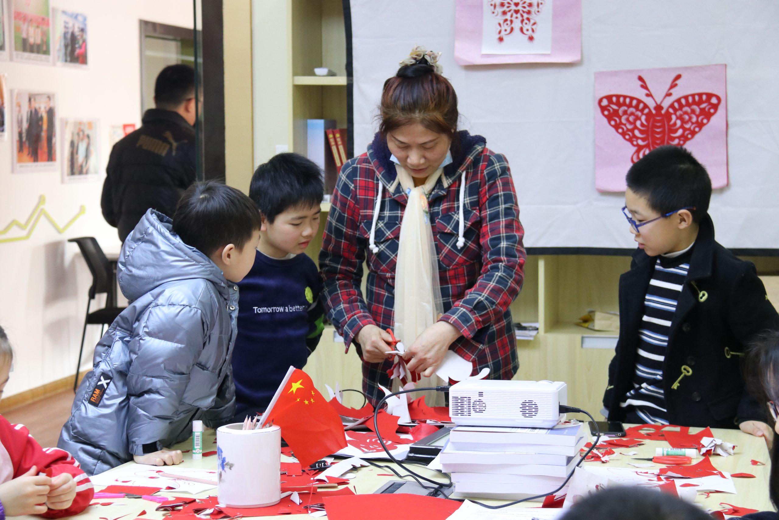 """蝴蝶·福叠——""""助力青少年成长计划""""公益课带你领略剪纸符号魅力"""